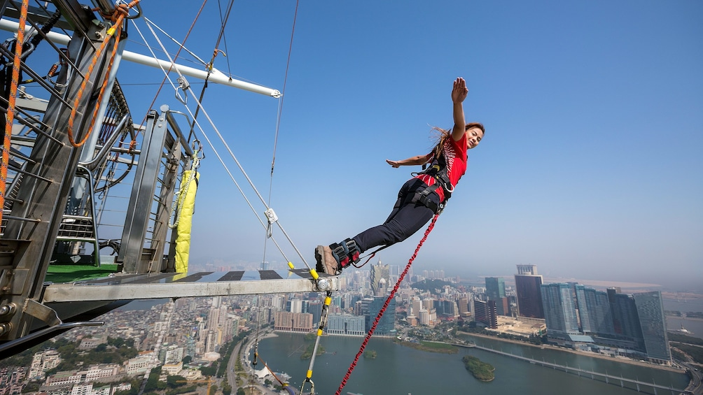 正在顯示第 2 張相片,共 7 張。 Tourist leaping from 764 feet (233 m) off the top of Macau Towe