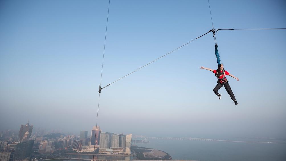 正在顯示第 2 張相片,共 5 張。 View of a guest leaping from 764-foot (233 m) Macau Tower