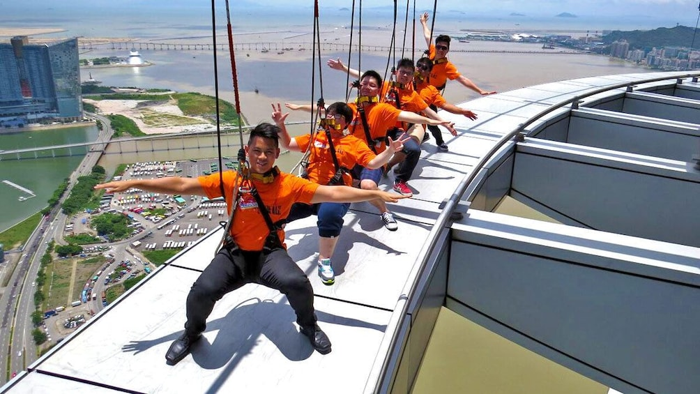 正在顯示第 4 張相片,共 7 張。 Group posing along the Skywalk at Macau Tower tower