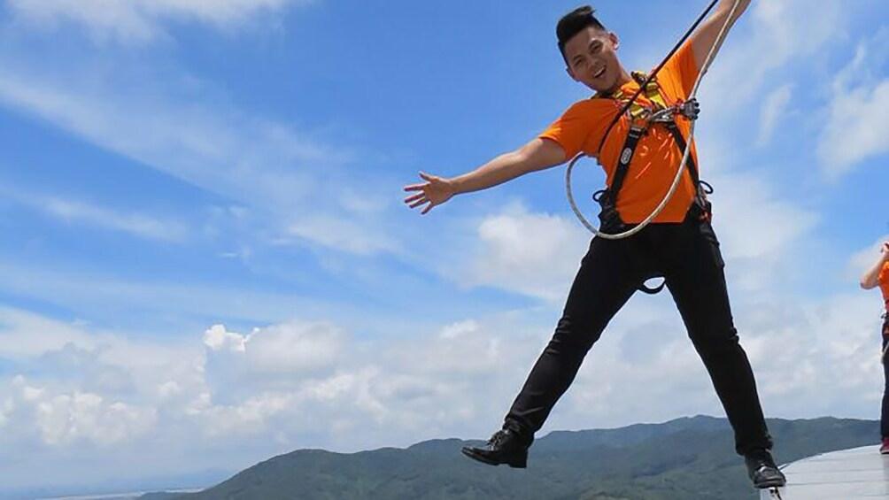 正在顯示第 3 張相片,共 7 張。 Young man standing on top of the Macau Tower