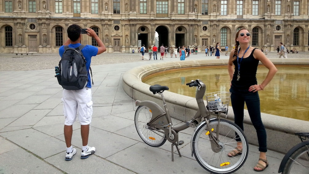 Charger l'élément 1 sur 5. Girl posing with bike next to a fountain in Paris