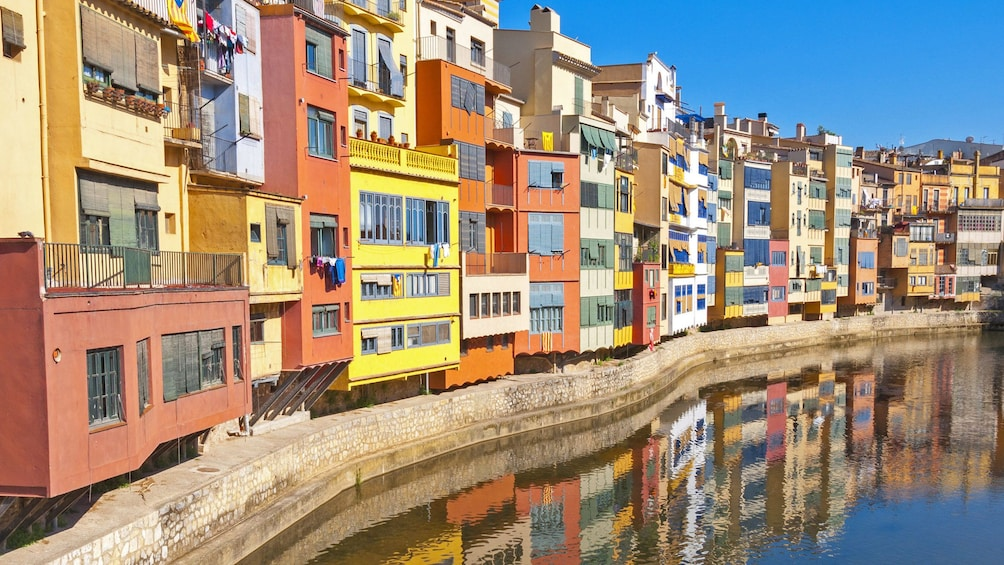 Ver elemento 2 de 5. vibrant colored building units along the water channel in Barcelona