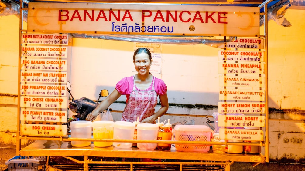 正在顯示第 1 張相片,共 5 張。 woman working at a banana pancake stand in Thailand