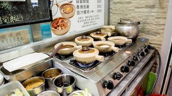 香港夜间城市街头美食探险之旅