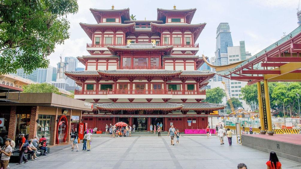 Charger l'élément 3 sur 4. A Hong Kong town square