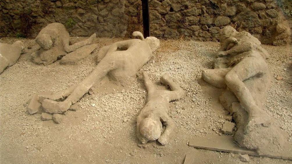 Charger l'élément 3 sur 8. Plaster casts of victims of Pompeii