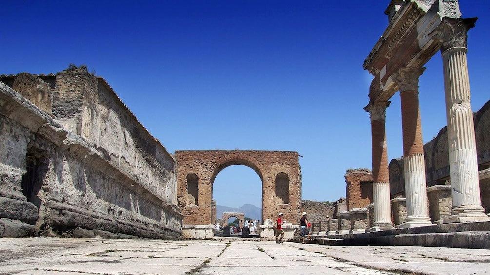 Charger l'élément 1 sur 8. Remains of large temples in Pompeii