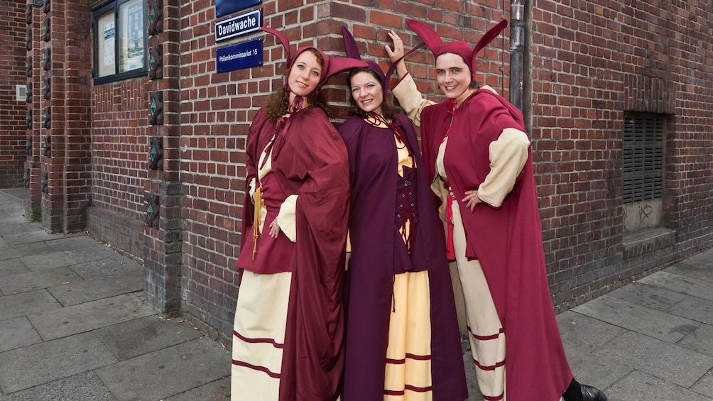 Foto 1 von 5 laden Costumed tour guides in the red light district in Hamburg