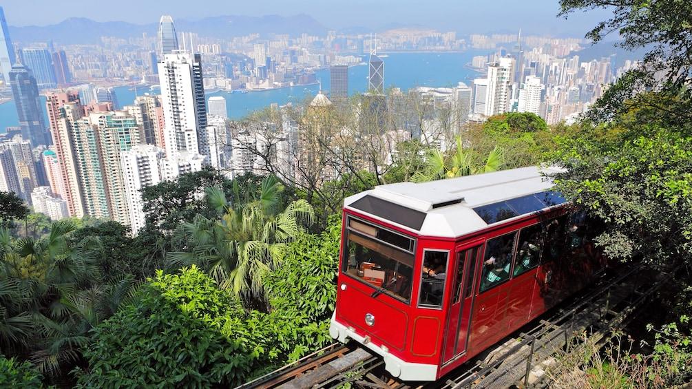 正在顯示第 2 張相片,共 10 張。 Tram traveling up mountain above Hong Kong
