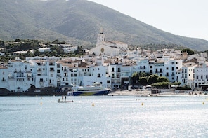 Roses - Cadaqués by boat + Guided tour in Cadaqués