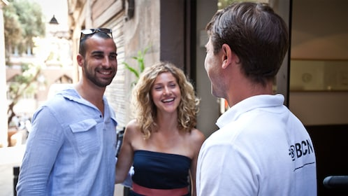 Couple and tour guide in Barcelona