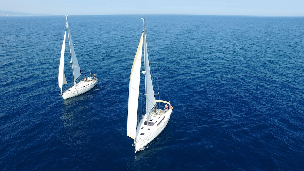 Ver elemento 4 de 5. two boats sailing along each other in Barcelona