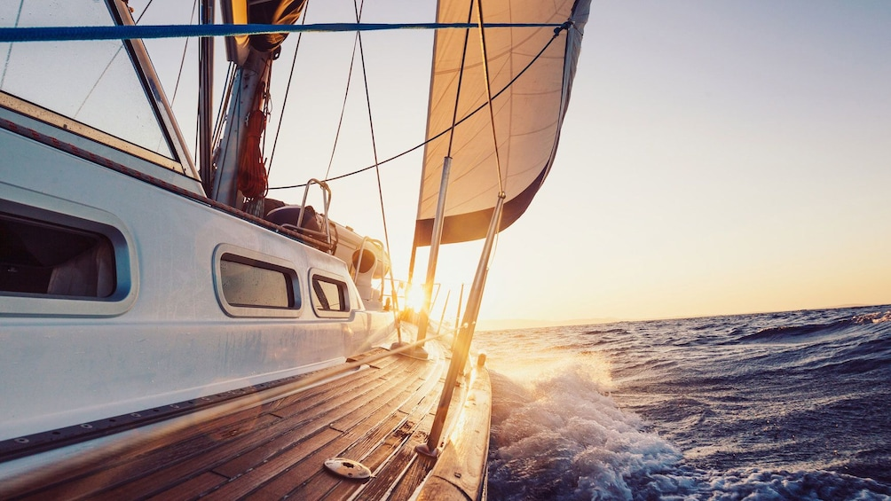 Ver elemento 5 de 5. sailboat facing the sunset in Barcelona