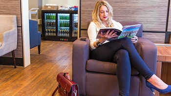 Ver elemento 2 de 5. woman reading magazine at the airport lounge