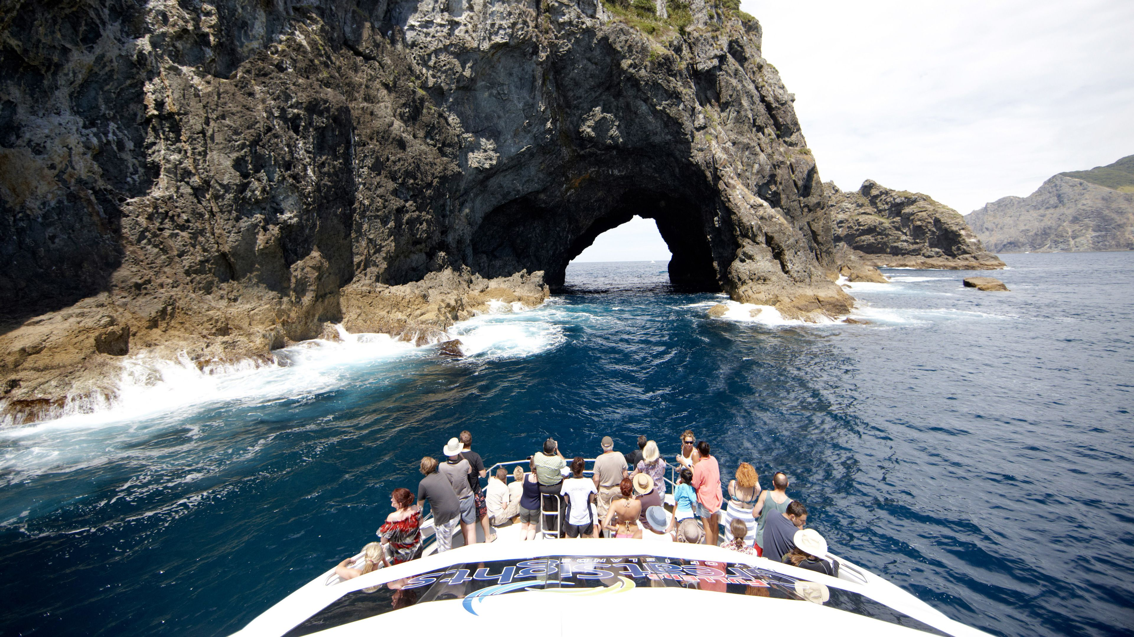 Full-Day Bay of Islands Dolphin Cruise with Hole in the Rock Visit