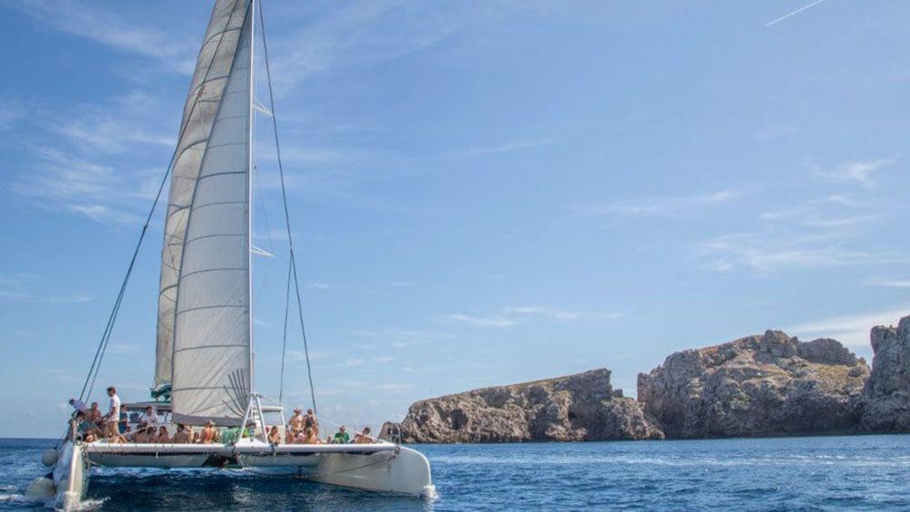 Foto 2 von 6 laden Catamaran sailing around Mallorca Island