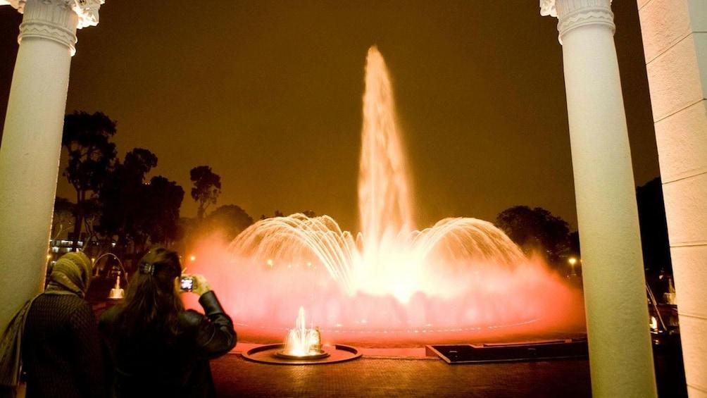 正在顯示第 4 張相片,共 10 張。 Fountain lights up the evening at the Magic Circuit Water Show in Lima, Peru