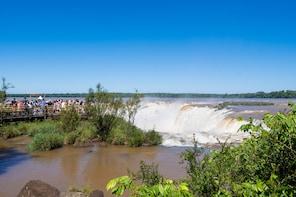 Tour en barco por las Cataratas del Iguazú y travesía en camión por la selv...