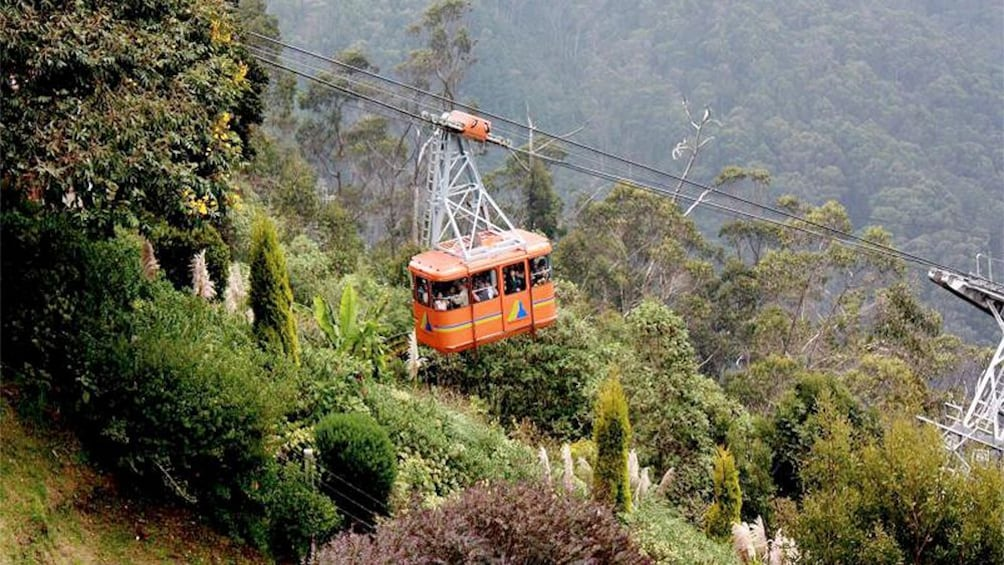 Ver elemento 1 de 4. Aerial view of the cable car to Monserrate in Colombia