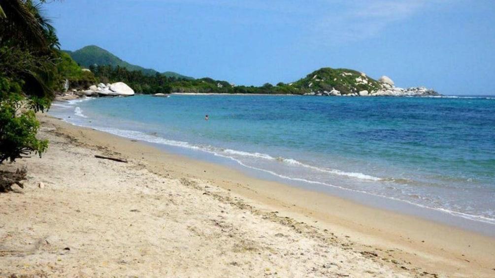 Foto 1 von 3 laden Pristine beach of Tayrona Park