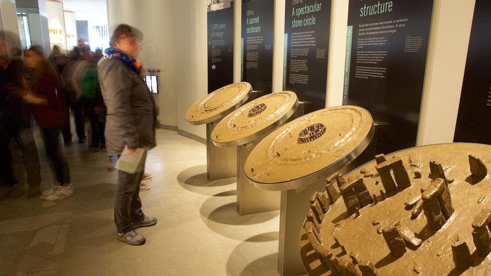Foto 5 von 10 laden Inside the museum at Stonehenge in England