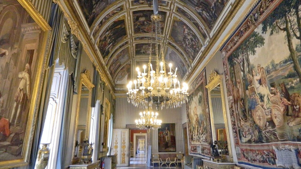 Foto 3 van 10. Interior of the Naples Royal Palace