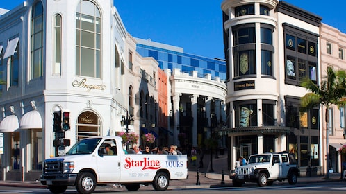Starline tours near shopping area of LA
