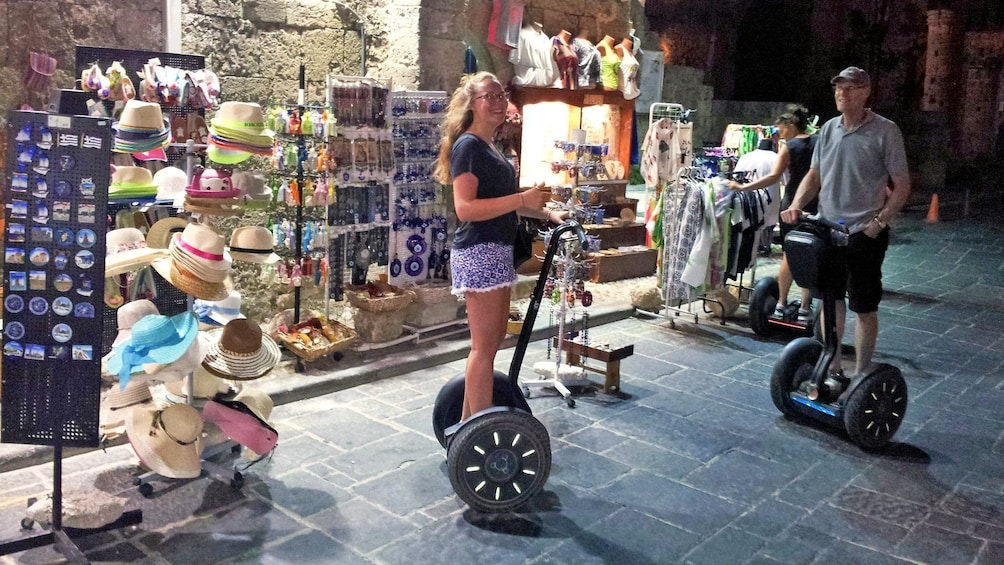 Foto 3 von 5 laden Father and daughter on segways in front of shops in Rhodes, Greece