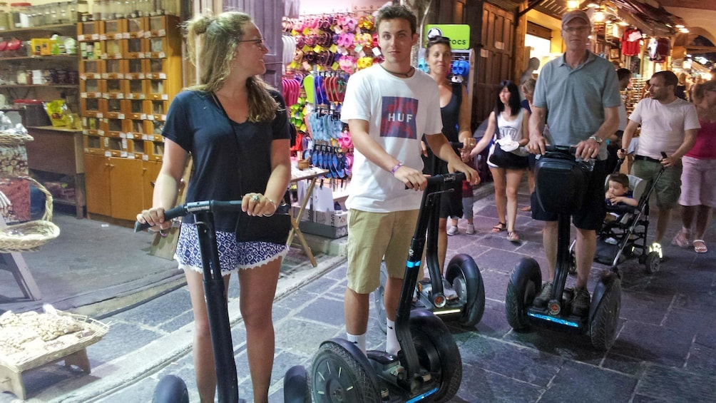 Foto 1 von 5 laden A family on a segway tour in a shopping center in Greece