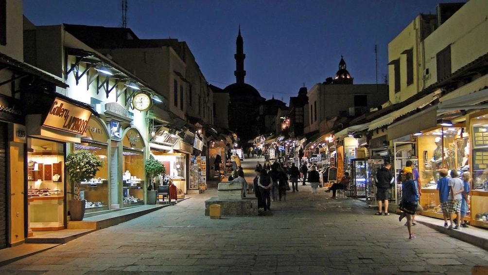 Foto 5 von 5 laden A Grecian street at night