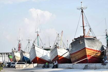 Perahu-kayu-yang-berjajar-di-Pelabuhan-Sunda-Kelapa-via-instagram.jpg