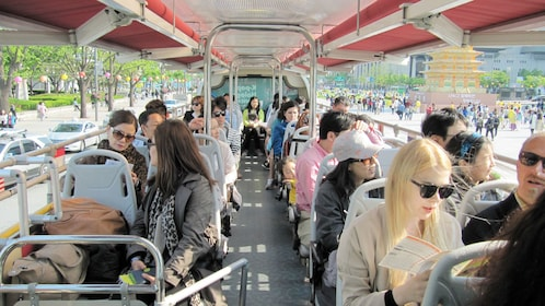 Tourists on a sightseeing tour in Seoul