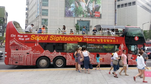People walking off the Seoul sightseeing tour bus