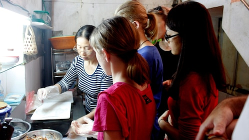 Tourists cook with Hanoi Local