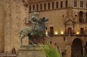 "Guided tour in Trujillo at Sunset ""El Collector de Atardeceres"""