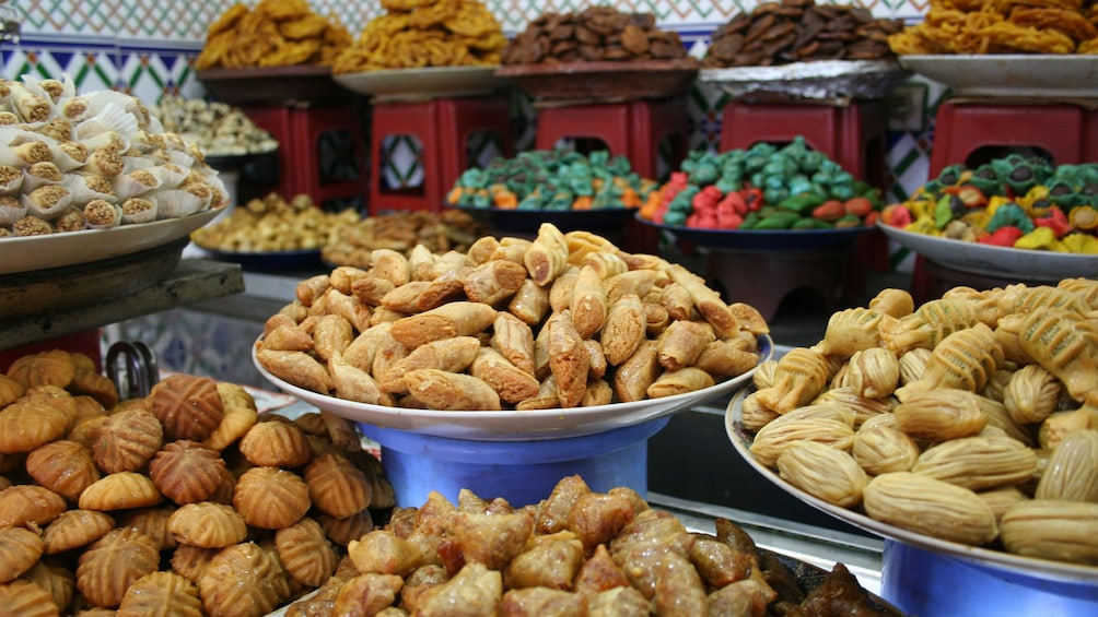 Charger l'élément 4 sur 4. Plates of traditional food shown up close.