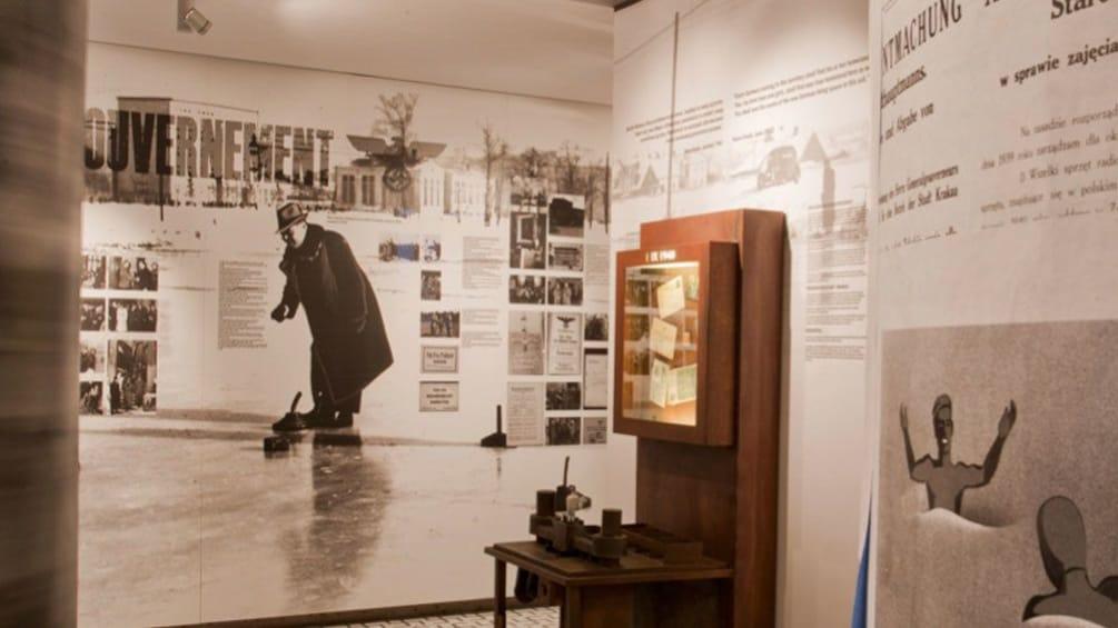 Foto 2 van 6. Interview view of museum showcase.