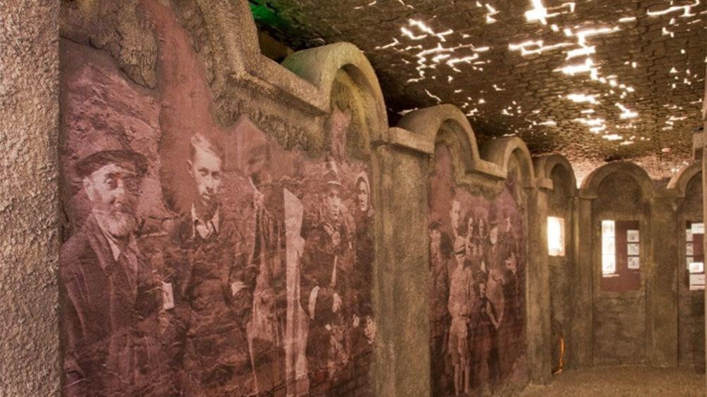 Foto 6 van 6. Hallway of old museum shown with artwork on walls.