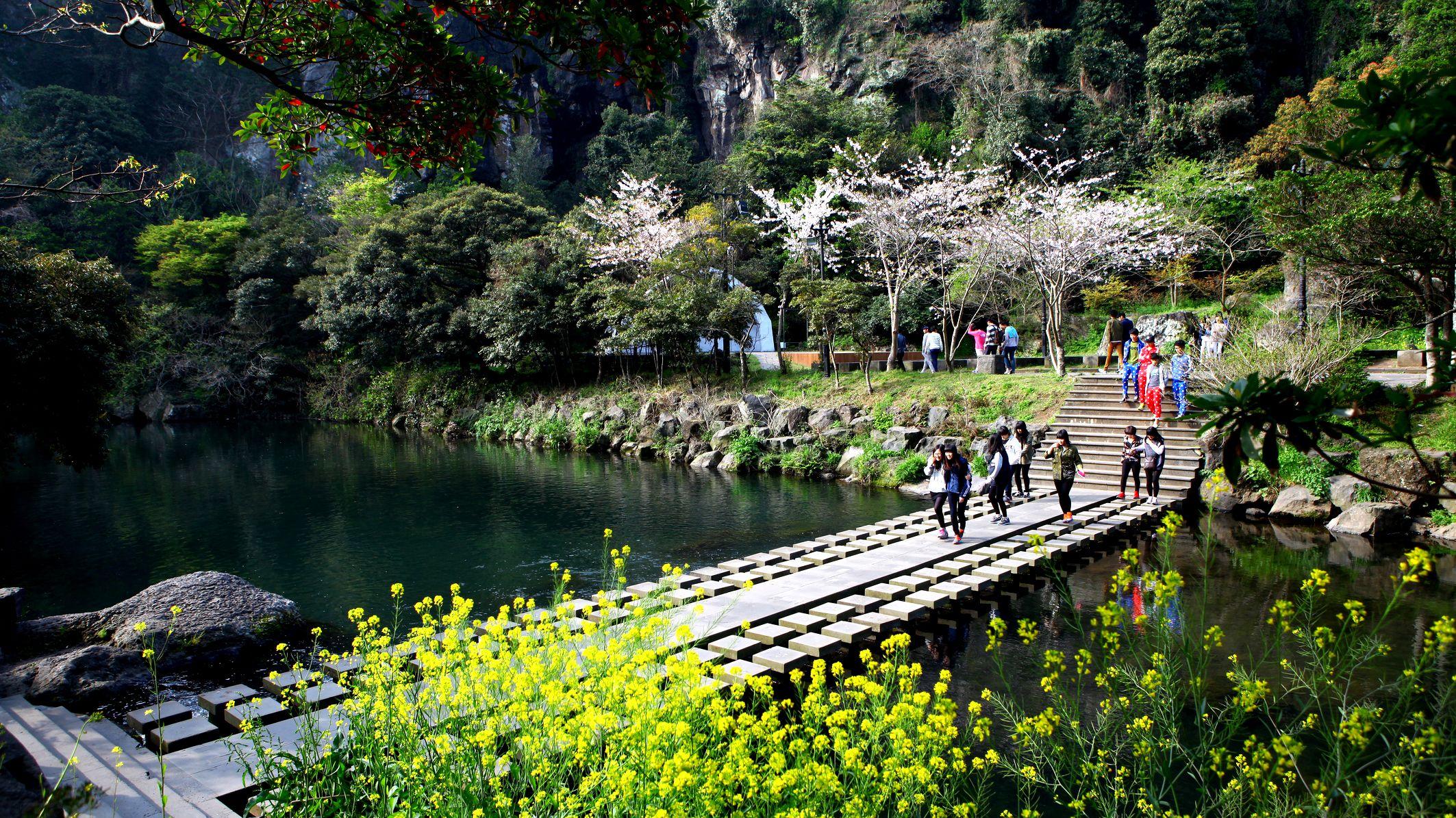 2-Day Jeju Island Tour to Folk Village, Cave & Sunrise Peak