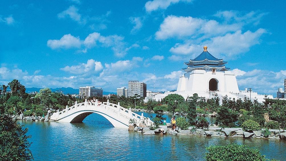 正在顯示第 2 張相片,共 7 張。 Serene view of Taipei on a blue sky day overlooking a white bridge and building