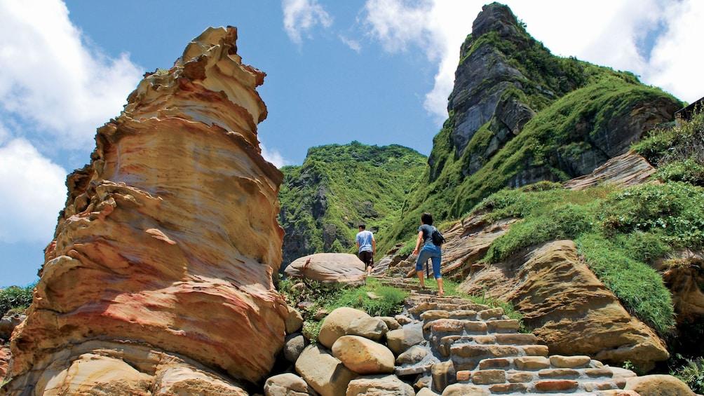正在顯示第 5 張相片,共 8 張。 Tourists walking along the Northeast Coast in Taipei