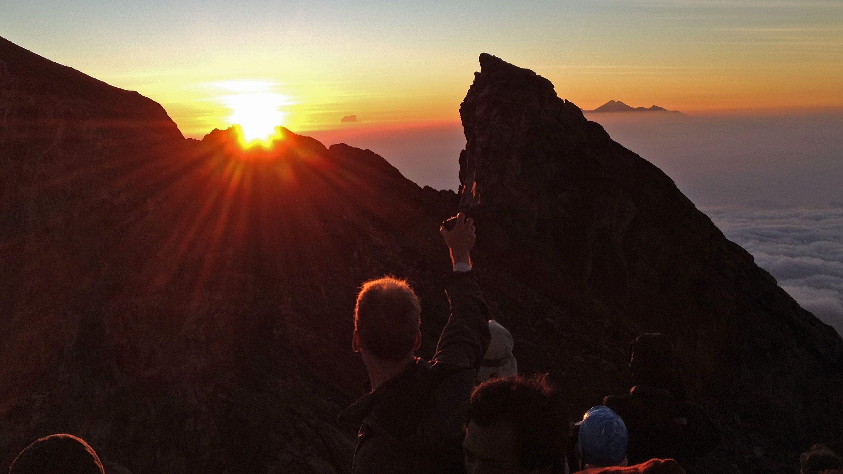Vandringstur på Agungberget i soluppgången