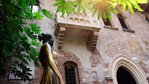 Julette's balcony and sculpture in Verona