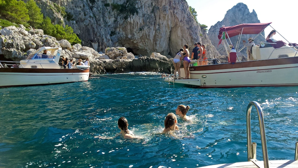 Foto 1 von 9 laden boat passengers playing in the water in Italy