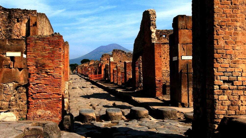 Apri foto 5 di 8. The ruins of Pompeii with Vesuvius in the background