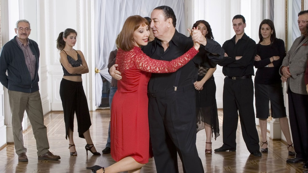 Foto 1 von 5 laden Couple demonstrating the tango for a class in Argentina