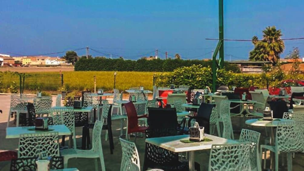 Ver elemento 2 de 5. Outdoor dining patio with several tables during the day.
