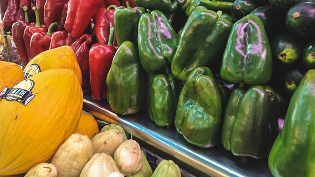 Foto 3 von 9 laden Close up of fresh produce at local market.