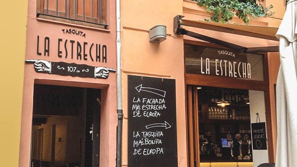 Foto 2 von 9 laden Exterior of restaurant building La Estrecha.