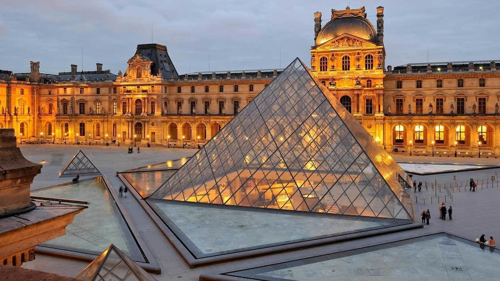Indlæs billede 3 af 9. glass pyramid at the Louvre during the evening in Paris